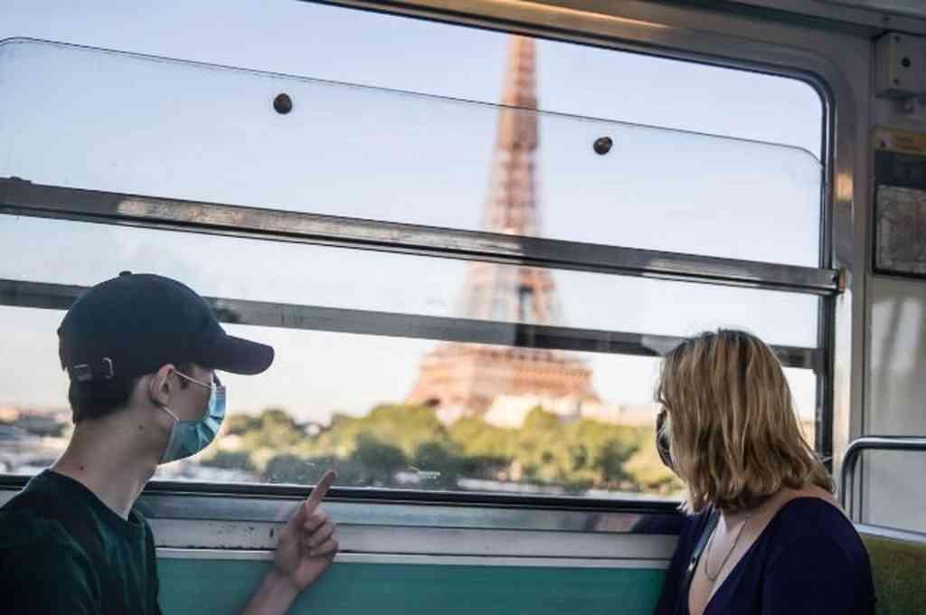 Viajeros miran la Torre Eiffel en París.  Crédito: EFE