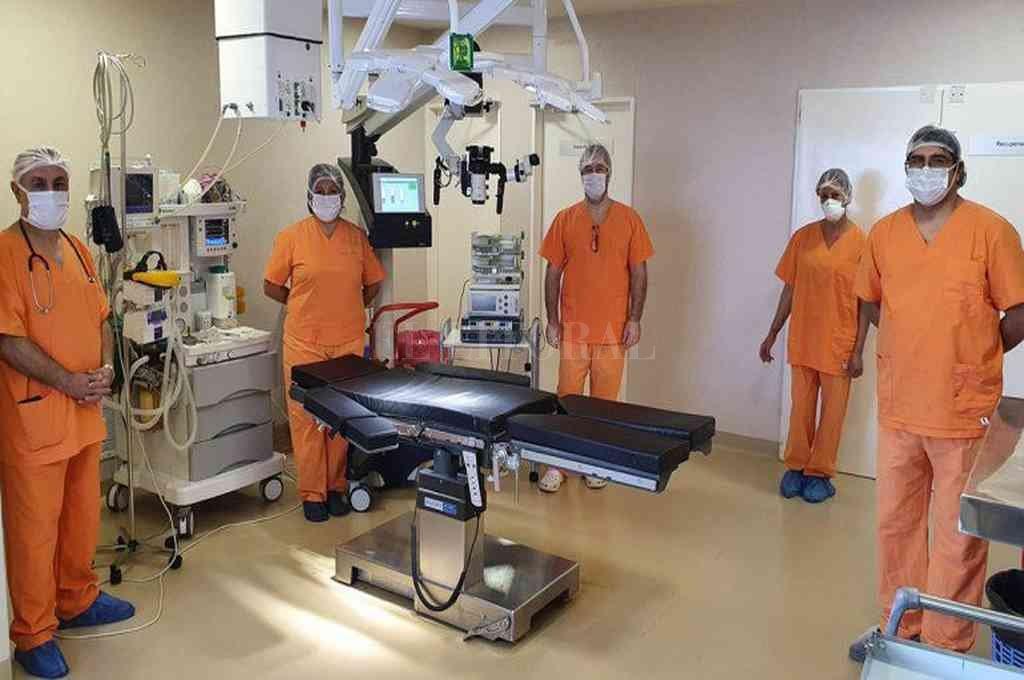 El equipo de expertos que formó parte de la intervención está conformado por el Dr. David Martinez (Médico Neurocirujano), el Dr. José Luis Vera (Médico Anestesiólogo), El Dr. Carlos Gordillo (Médico neurocirujano), Cecilia Meliqueo (Lic. en Enfermería), Lucía Rosa Candía y Julieta Campos (Técnicas Instrumentadoras). Crédito: Gentileza