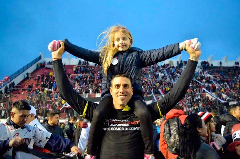 Festejando el ascenso tricolor con su hija. Ahora, para el mes de septiembre, Ema será papá de otra niña y decidió pasar la cuarentena en Santa Fe, ante la incertidumbre de cuándo vuelve el fútbol. Crédito: Gentileza