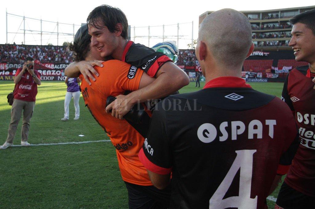 Mariano Bíttolo en su tarde de gloria en Santa Fe, cuando le marcó el gol a Ferro. Lo abraza Broun. Crédito: Pablo Aguirre