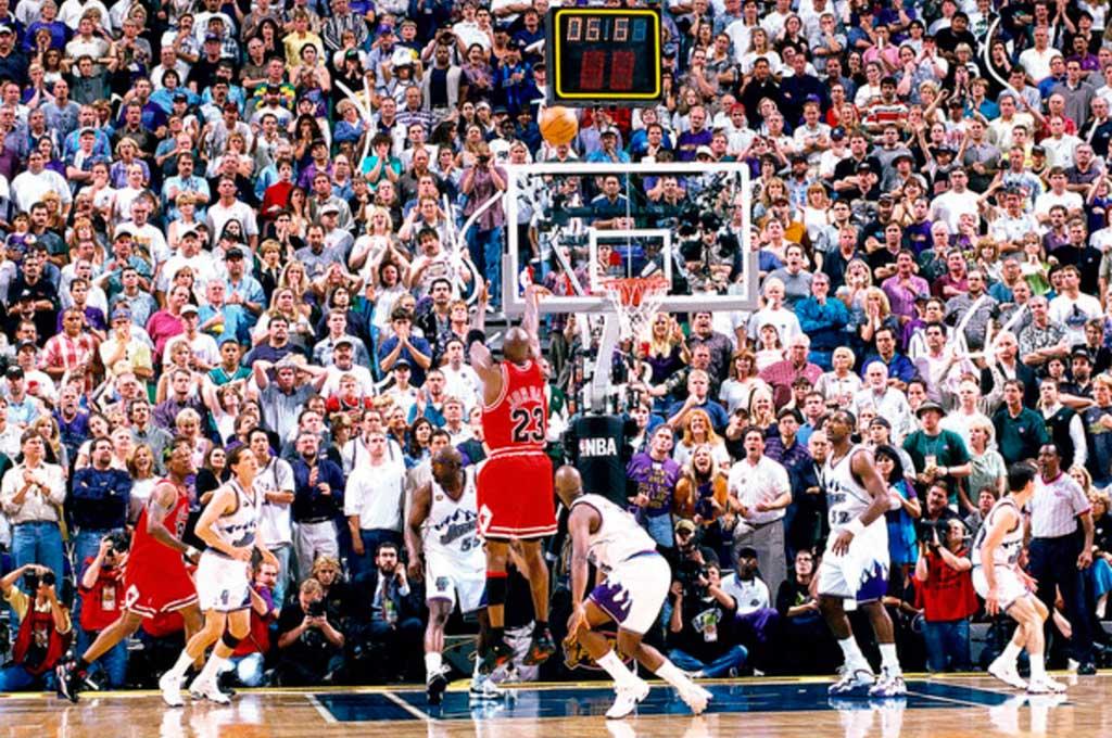 La pelota está en el aire. Los espectadores atónitos miran como el balón está por ingresar y romper todos sus sueños. Jordan lo hizo de nuevo y ganó sexto anillo con Chicago Bulls. Crédito: Gentileza
