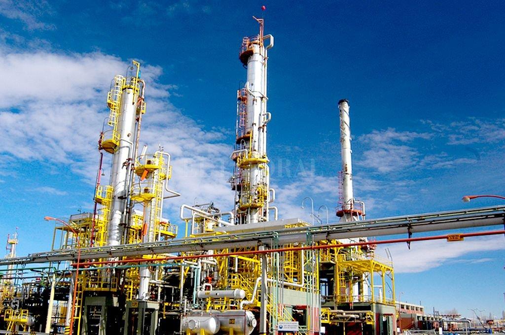 La refinería de Plaza Huincul, de YPF. Las ventas locales del sector cayeron 13 % interanual.  Crédito: Gentileza YPF