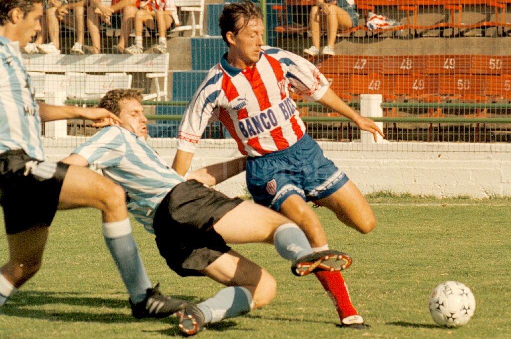Año 1997, Sebastián Clotet con la pelota ante la marca de un jugador de Racing. Crédito: Archivo El Litoral