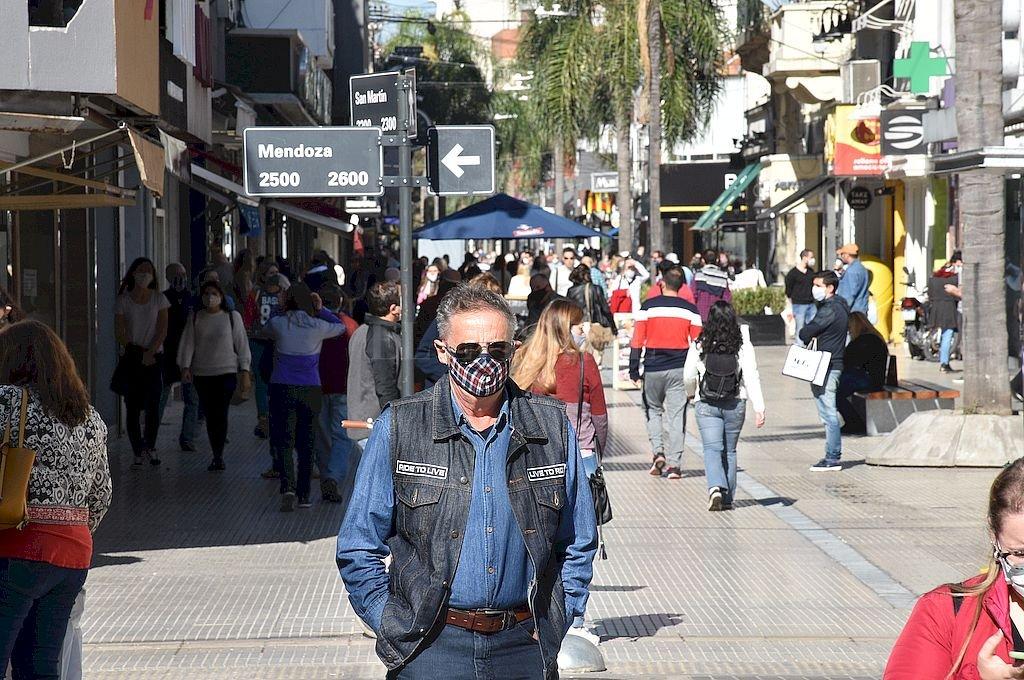 """Mucha gente circulando en la Peatonal San Martín, apenas pasado el mediodía. Otra postal que deja la """"fase 4"""" de la cuarentena en la ciudad. Crédito: Guillermo Di Salvatore"""