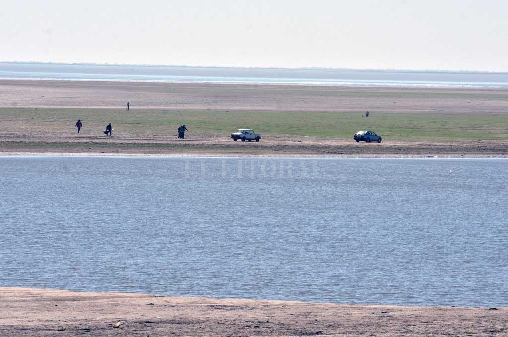 Además de personas, se vieron autos llegar hasta el suelo de la laguna, habitualmente cubierto de agua Crédito: Guillermo Di Salvatore