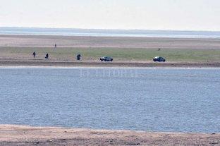 Hay riesgos de desmoronamientos en la Setúbal y piden no caminarla - Además de personas, se vieron autos llegar hasta el suelo de la laguna, habitualmente cubierto de agua -