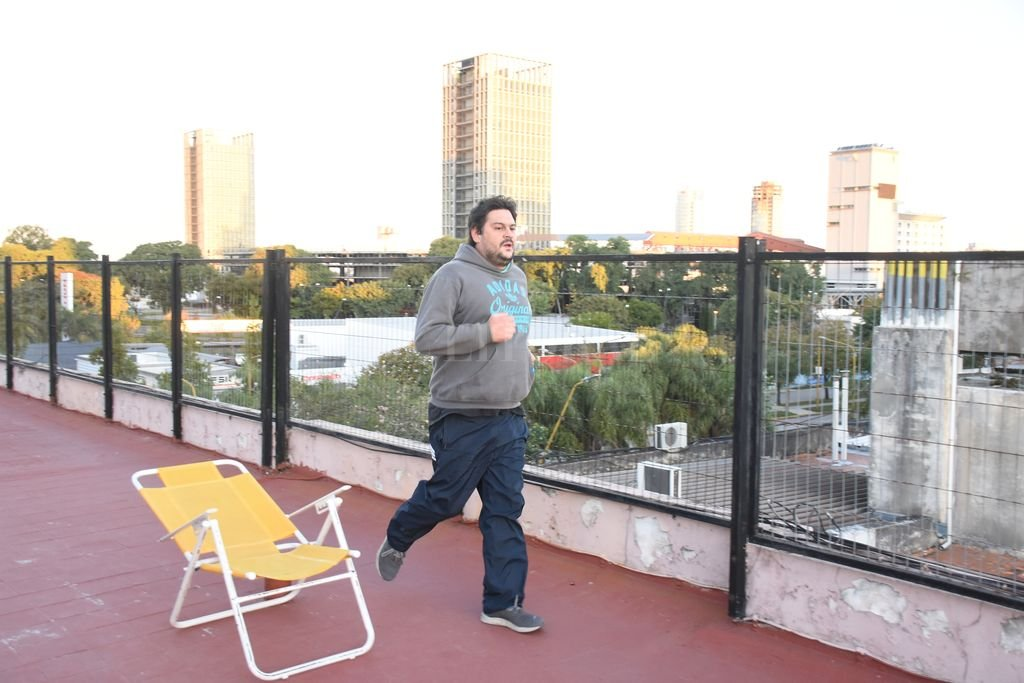 No hay excusas. La terraza de un edificio, en cuarentena, se convierte en un lugar adecuado para ejercitarse.  Crédito: Manuel Fabatía