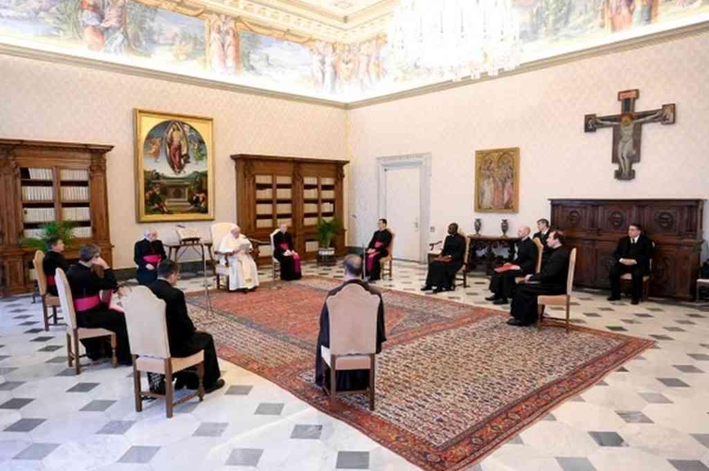 El Papa Francisco en un encuentro con delegaciones deportivas que organizaron subastas benéficas hacia pacientes del Covid-19. Crédito: Agencias