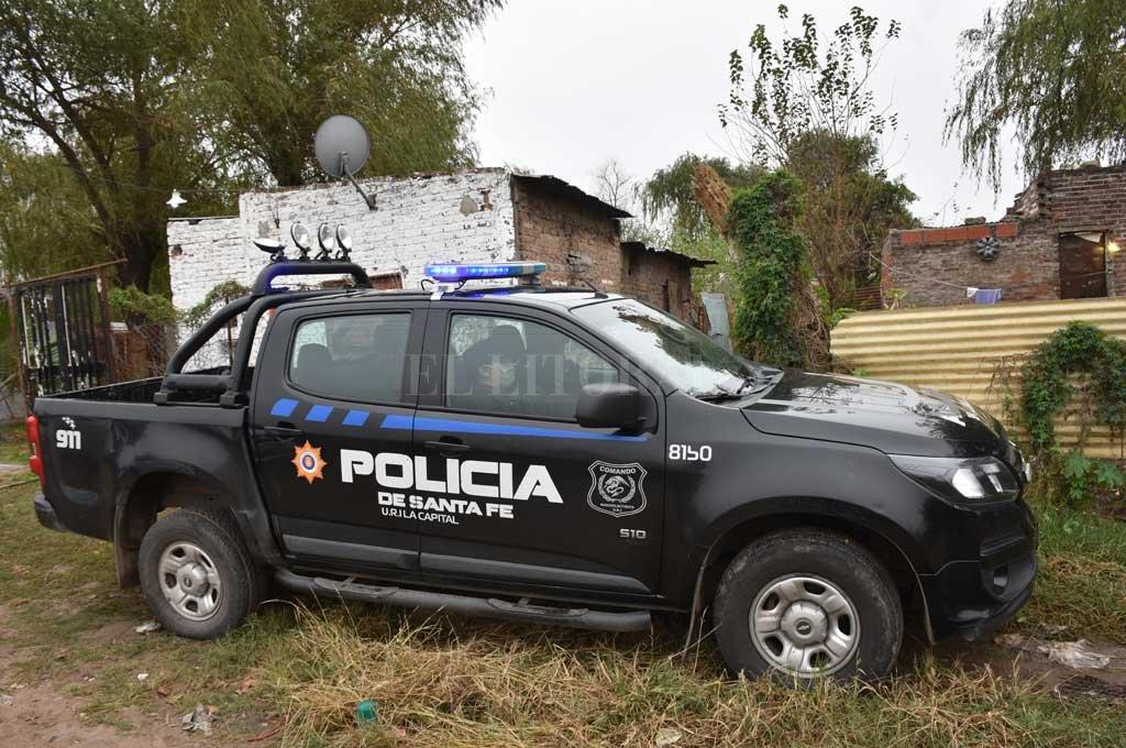 Un móvil policial permaneció apostado en el domicilio de la víctima, mientras se intensifica la búsqueda del sospechoso en distintos barrios de la ciudad. Crédito: Flavio Raina