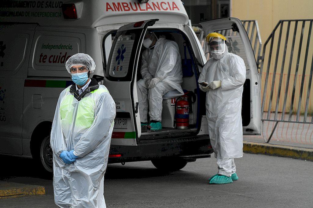Personal médico espera para trasladar a un paciente hacia el Hospital San José, en Santiago. Crédito: Xinhua/Jorge Villegas