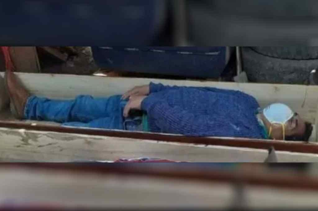El jefe comunal trató de hacerse pasar por un muerto por coronavirus colocándose en un ataúd abierto.   Crédito: Gentileza