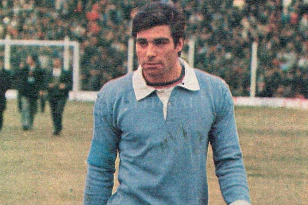 Carlos Buttice, el arquero que trajo Colón para reforzar un plantel integrado por muchos jugadores del club o de la zona. El 25 de mayo de 1983 no es un día que pase desapercibido en la historia sabalera. Crédito: El Litoral