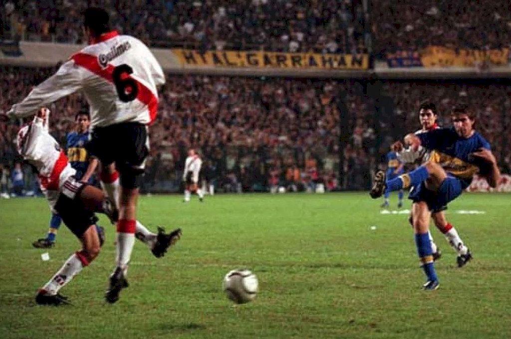 En camino. El zurdazo de Martín Palermo a punto de convertirse en uno de los goles más recordados por los hinchas de Boca. Crédito: Archivo