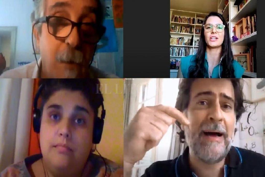 Laura Fobbio (arriba, a la derecha) durante un reciente panel que compartió con Jorge Dubatti, Maruja Bustamante y Rafael Spregelburd para debatir sobre el futuro del teatro tras la coyuntura pandémica. Crédito: Captura de pantalla