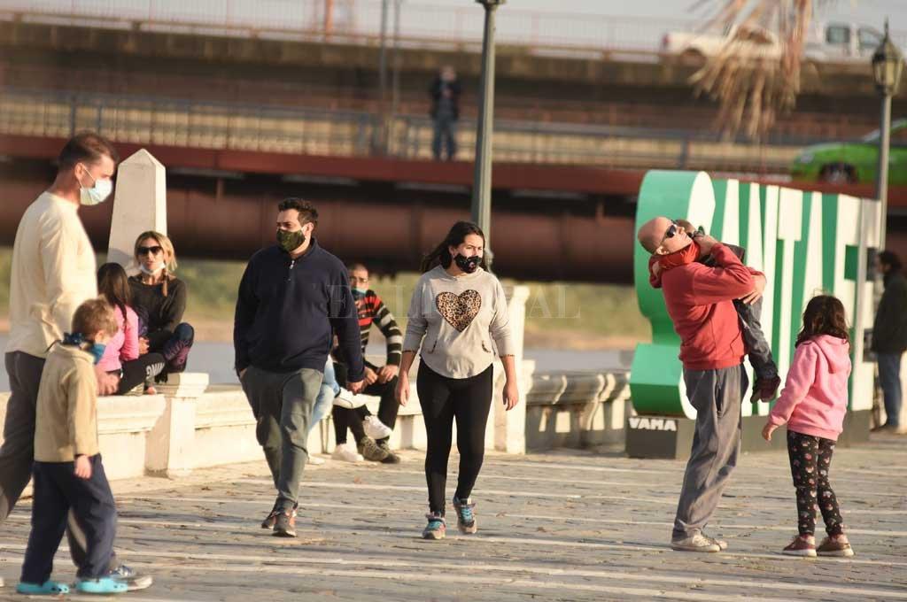 Se terminan las salidas recreativas en la ciudad - Al sol. Muchos vecinos pudieron caminar un rato al aire libre. -