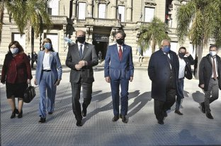 El gobierno analiza habilitar más actividades  - El intendente Emilio Jatón y el presidente de la Corte, Rafael Gutiérrez, acompañaron al gobernador en un despoblado acto en la Plaza 25 de Mayo.  -