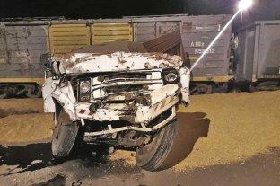 Se tiró del camión antes  de chocar contra un tren  - El chofer del camión salvó su vida de milagro, cuando se arrojó del vehículo antes de impactar con la masa de hierro en movimiento. -