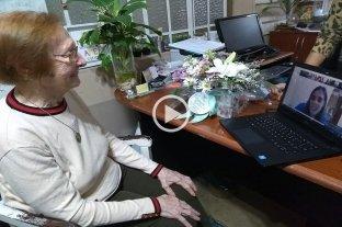 Cecilia cumplió 102 años y lo festejó con su familia por videollamada -  -
