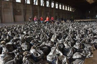 """""""Papas recuperadas"""": El trabajo en equipo para colaborar con los más necesitados - Los antiguos andenes de la Belgrano. El sector hizo las veces de """"base"""" para el trabajo coordinado.  -"""