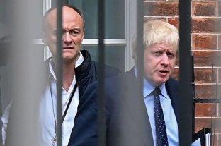 Crece la presión contra un asesor de Boris Johnson y el gobierno se concentra en la reapertura
