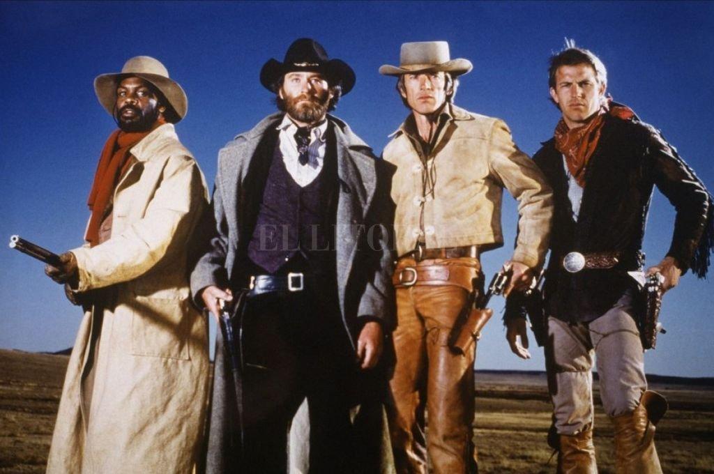 """Danny Glover, Kevin Kline, Scott Glenn y Kevin Costner en """"Silverado"""" (1985).  Crédito: Columbia Pictures"""