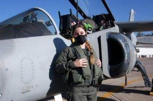 La primera piloto de caza de la Argentina hizo su vuelo de bautismo