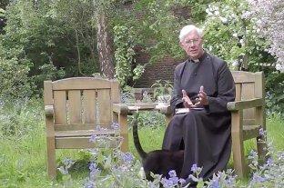 El decano de Canterbury transmitía su sermón  y un gato se metió bajo su sotana
