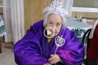 Organizaron una fiesta de disfraces en un geriátrico para entretener a los abuelos