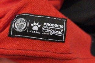 Kelme aclaró y se hizo cargo del error en las camisetas de Colón