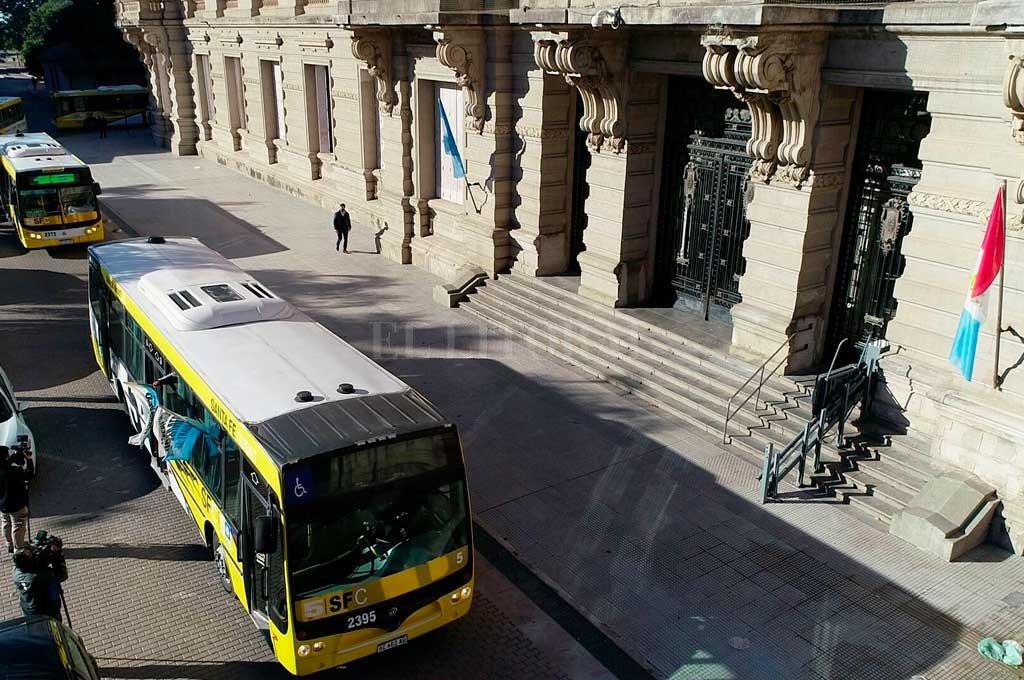 Sin acuerdos nacionales, se mantiene el paro de colectivos en Santa Fe - Una caravana de colectivos se movilizó el martes por el macrocentro de la ciudad y llegó hasta la Casa de Gobierno. -