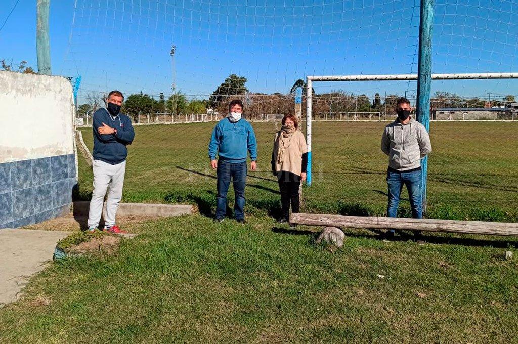 En Ciclón Racing. Iniciando la recorrida de este martes los dirigentes visitaron al Lagunero, donde fueron recibidos por el presidente Ariel Gomila y la tesorera Liria Vianco de Salemi. Crédito: Prensa Liga Santafesina