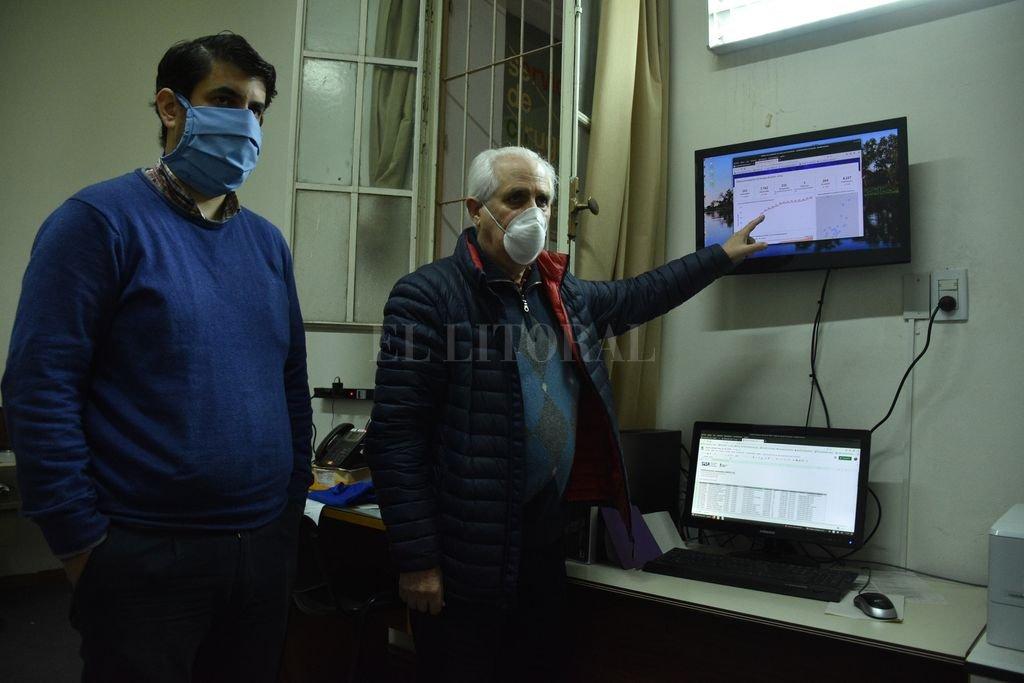 Cómo se sale a buscar el virus en los barrios - Rodolfo Roselli, junto con Martín Campi, señala el comportamiento de la curva (ahora aplanada) de casos de Covid-19, que actualiza cada día el área de Informática con datos de toda la provincia. -