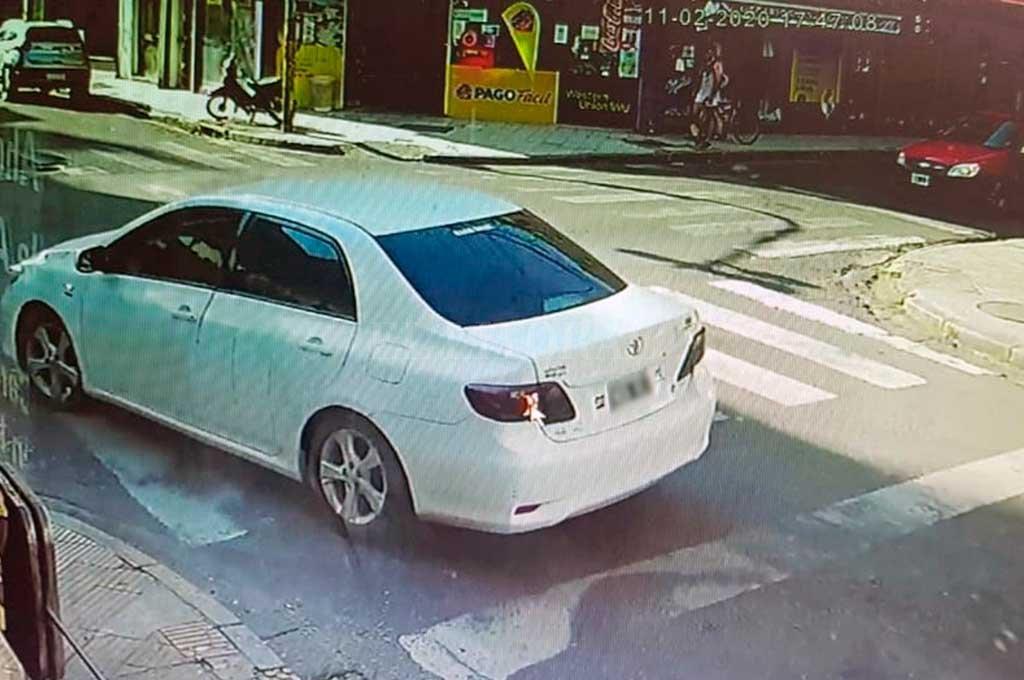 La banda llegó a la agencia Oldani Turismo a bordo de un Toyota Corolla blanco propiedad de Ruffino, en el cual fugaron tras cometer el asesinato. Crédito: Archivo El Litoral