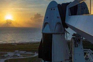 El clima desafía nuevamente el despegue de la misión Demo-2 - Fotografía cedida el pasado 24 de mayo por la empresa SpaceX en la que se registró la cápsula Dragon Crew acoplada en lo alto del cohete Falcon 9, que transportará a los astronautas Doug Hurley y Bob Behnken de la NASA, en la plataforma 39A del Centro Espacial Kennedy, en Cabo Cañaveral (Florida, EE.UU.). -