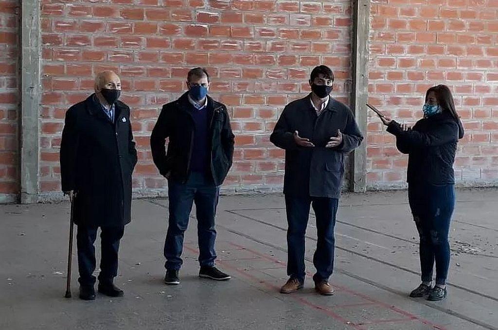 En Helvecia. El senador Kaufmann, el ministro Danilo Capitani y el presidente comunal de Helvecia, Luciano Bertossi, en el acto de entrega de tarjetas en la capital departamental. Crédito: Gentileza