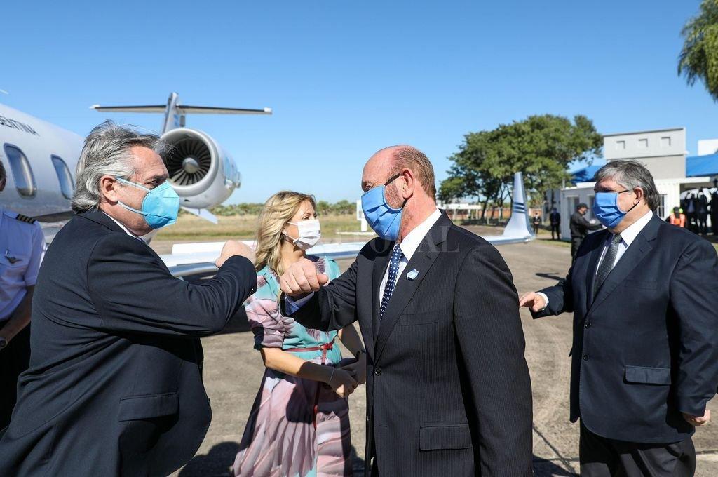 Alberto Fernández es recibido por el gobernador de Formosa, Gildo Insfrán Crédito: Noticias Argentinas