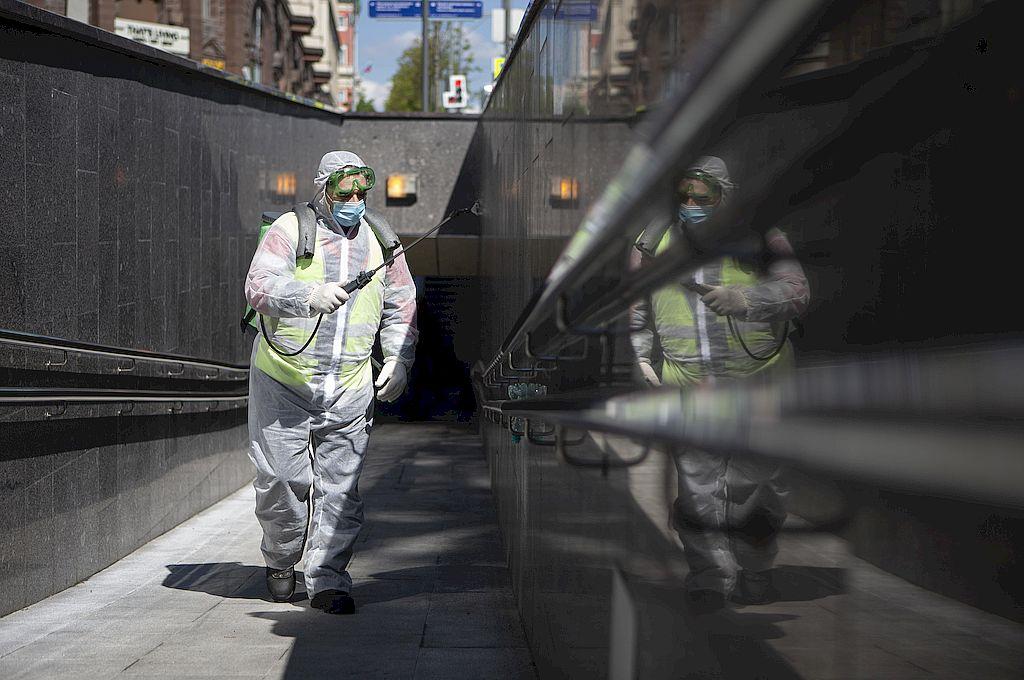 Un empleado municipal desinfecta un paso peatonal subterráneo en Moscú, Rusia. Crédito: Xinhua/Alexander Zemlianichenko Jr