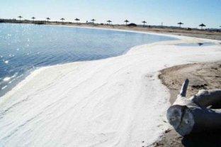 """El fenómeno de """"nieve salada"""" volvió a aparecer en el lago Epecuén"""
