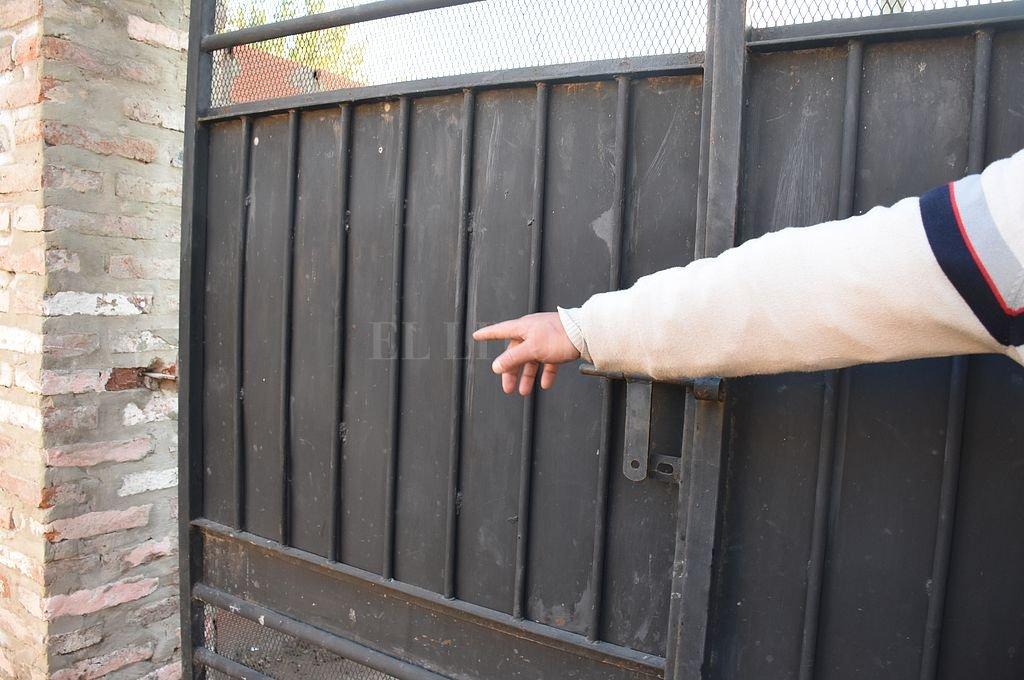 Los delincuentes barretearon un portón y una puerta para entrar a la casa del comerciante, donde se ensañaron con sus pequeños hijos, que estaban solos. Crédito: Manuel Fabatia