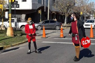 Payasos varados en Santa Fe alegran las caminatas recreativas - Los payasos del circo Unión fueron convocados por la Municipalidad para alegrar las caminatas. -