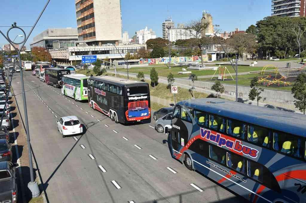"""""""Confiamos en que nos tienen que escuchar"""". El pedido de los transportistas de turismo a las autoridades provinciales. Así lució la Avenida 27 de Febrero entre Mendoza y Tucumán en parte de la mañana de este martes.  Crédito: Flavio Raina"""