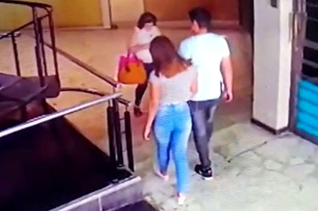 Captura de la imagen de video de la joven ingresando a la galería junto al sujeto que habría disparado el gatillo, tiro que mató al comerciante Hugo Oldani. Crédito: Archivo El Litoral