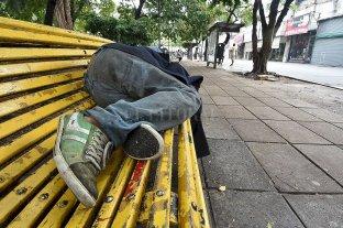 Personas en situación de calle: cómo es la contención ante el Covid-19 y el frío - Personas durmiendo en bancos de plazas o con sus colchones sobre veredas, una postal que se observa con frecuencia en muchos sectores de la ciudad.  -