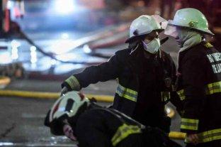 Bomberos remueven escombros para determinar la causa de las explosiones en la perfumería