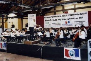 1960-2020: 60 años de arte para todos - En 2004, Alberto Canto (también director de la Escuela) al frente de las Orquestas de Niños y Juvenil. -