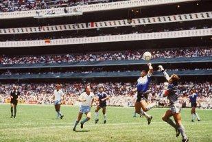 """Kenny Sansom: """"Jamás perdonaré A Maradona, fue un maldito tramposo"""" - Si no hubiera sido por él. La FOTO muestra el preciso instante en que Maradona anticipa A Shilton con su puño izquierdo sobre la cabeza para marcar el primer gol contra Inglaterra en cuartos de final del Mundial México '86. La pelota cayó ahí tras el rechazo de Sansom para robarle la pelota A Valdano. -"""