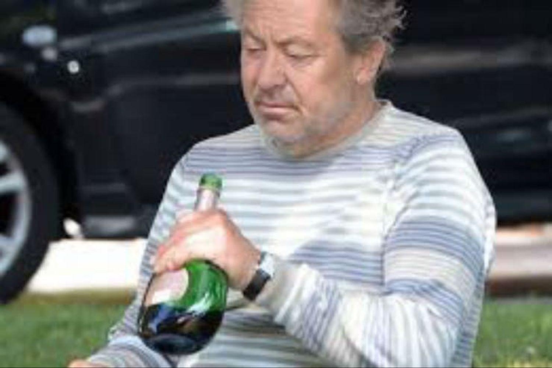 """""""Me encanta beber"""".Lo dijo hace unos años Kenny Sansom, el ex defensor inglés que """"asistió"""" A Maradona en el gol de la """"Mano de Dios"""", y la FOTO es una clara imagen de que dijo la verdad. Hoy está luchando contra el alcohol mientras no se olvida de aquella fatídica y calurosa tarde en el estadio Azteca.  Crédito: Archivo"""