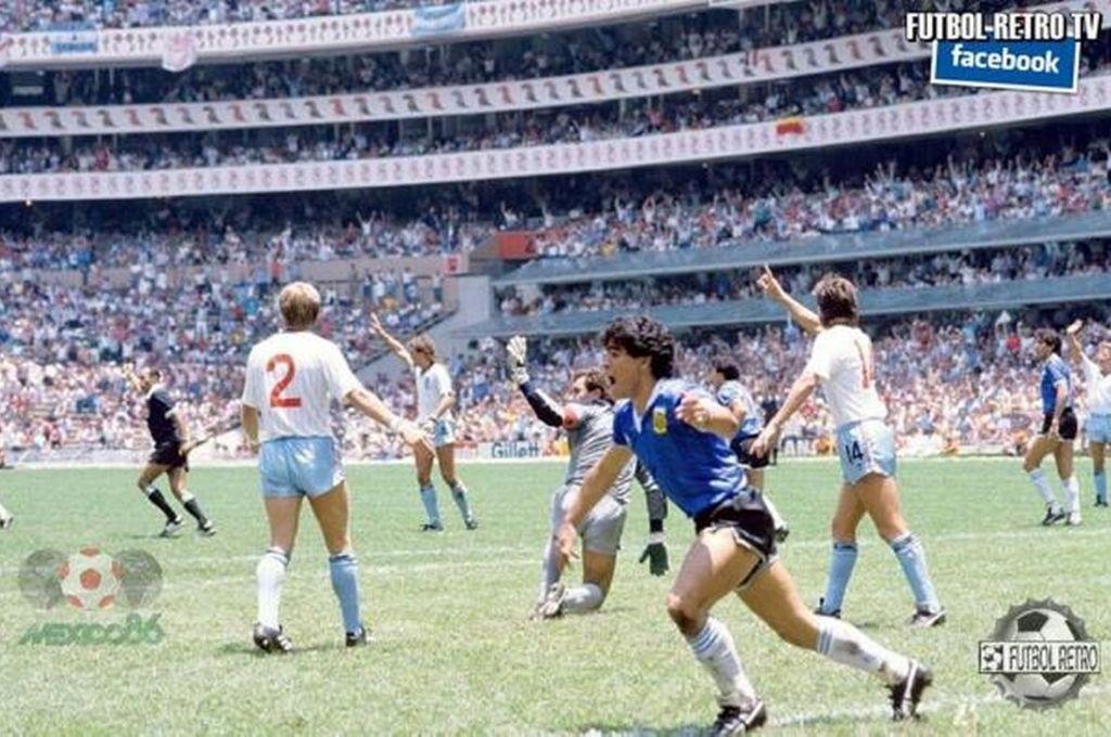 """Viveza hasta para festejar. Los jugadores ingleses reclaman, mientras Maradona inicia el festejo. Hasta los mismos compañeros dudaban de la validación del gol de la """"Mano de Dios"""" y no fueron al encuentro del """"10"""" para celebrarlo, por lo que Diego los llamó para que el árbitro no dudara y se """"echara atrás"""".  Crédito: Archivo"""