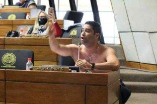 Un diputado paraguayo se sacó la camisa en medio de un discurso en la Asamblea y suspendieron la sesión