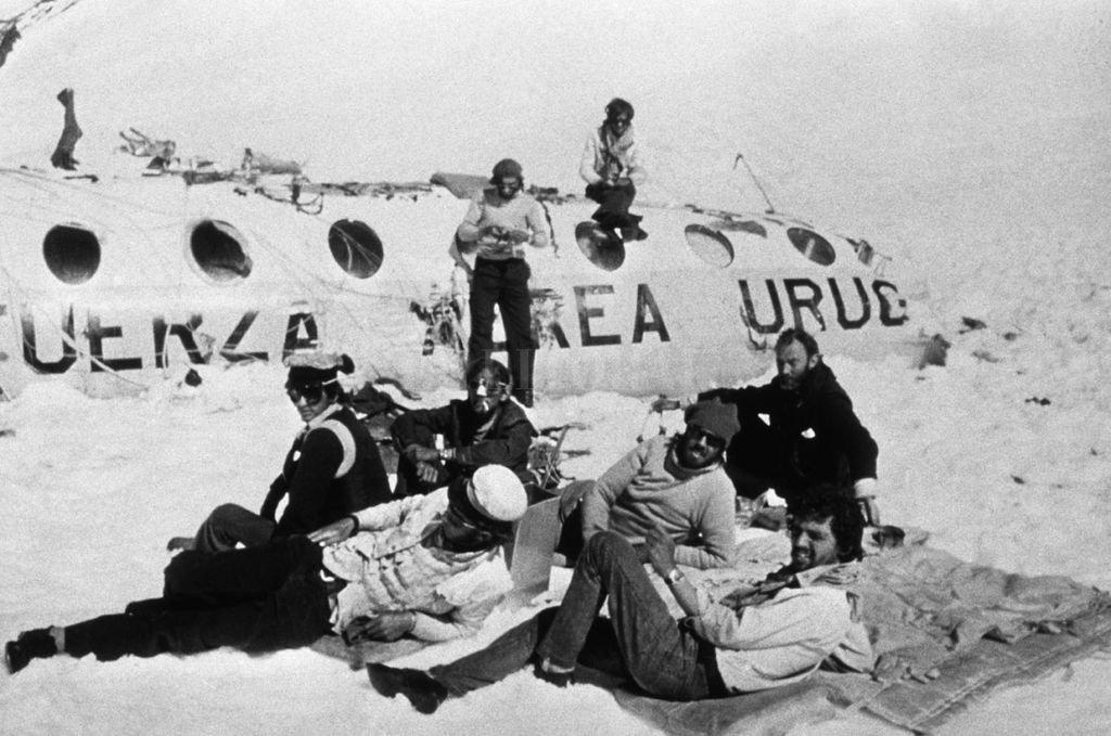 """En la montaña. Parte del grupo de sobrevivientes en """"su casa"""" de la Cordillera de Los Andes. A varios se los ve con los anteojos puestos, ideados por Zerbino. Crédito: Archivo El Litoral"""